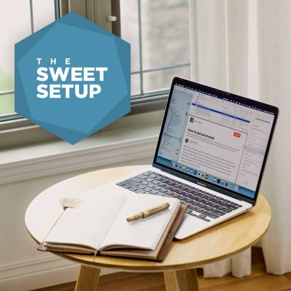 Wohnzimmersituation mit einem MacBook, auf dem DEVONthink zu läuft.